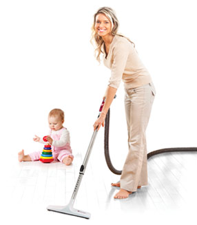Mère qui passe l'aspirateur / Mother vacuuming